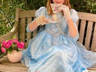 Emilia Larsen, Johann-Rist-Gymnasium 5b, Wedel... Idee zum Bild: Queen Elizabeth in ihren jungen Jahren trinkt ihren Darjeeling beim high tee