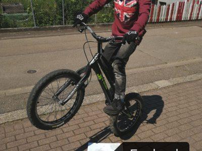 Lörrach, Albert-Schweitzer-Schule Der Trial-Sport kommt aus England und ich probiere mit meinem Trial-Bike nach England zu hüpfen.