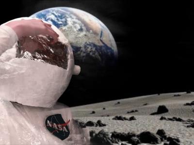 Hannover, Elsa-Brändström-Schule.  Dieses Bild ist bei einem Filmdreh entstanden :) .Dabei wird hier Neil Armstrong dargestellt, der als Amerikaner und erster Mensch auf der Welt den Mond betrat. Den Astronautenhelm haben wir selbst mit viel Arbeit zusammengebastelt. Den Mond dahinter haben wir mit Greenscreen dargestellt. Ich hoffe euch gefällt dieses Bild genauso wie mir.  :)