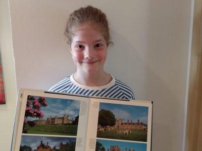 Gymnasium Donauwörth  Hallo, hier ist die Eva Blattner und ich zeige auf dem Bild ein paar Bilder aus einem Buch über England :-)