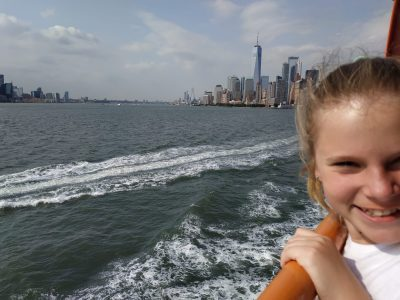 Ich war im Sommer 2 Wochen in Amerika, um unsere Verwandten zu treffen. Dieses Foto ist entstanden als wir in New York, an der Freiheitsstatur vorbei gefahren sind.      Gymnasium Leoninum Handrup      :)