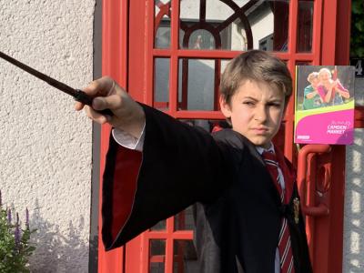 WBGS Köln-Höhenhaus Cedric Wolf vor einem geheimen Zugang zum Zaubereiministerium