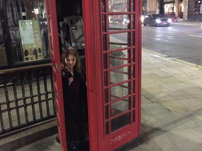 Hamburg Walddörfer Gymnasium  Was ist typischer Englisch als eine Rote Telefonzelle? Eine Rote Telefonzelle mit Ginny Weasley!