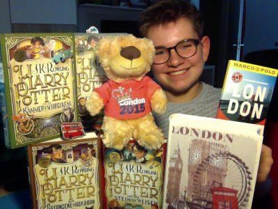 Nordrein westfahlen/Mönchengladbach / Mathematisches-Naturwissenschaftliches-Gymnasium  Ich habe meine Harry Potter Bücher dort mit reingenommen, da sie in London spielen und meinen Reiseführer von London und einen London Magneten so wie einen Teddy Bär aus London und ein Buch über London. Ich hoffe es gefällt Ihnen.  Mit freundlichen Grüßen Nils Bosman