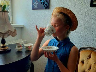 Duisburg,Steinbart-Gymnasium  Tee trinken ist sehr berühmt in England, besonders so altmodisch.
