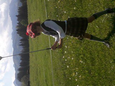 Staatliche Realschule Prien am Chiemsee / Bayern Klasse 6 a   Scottish Highland Games auf Bayrisch ... Stilecht im Schottenrock kombiniert mit bayrischen Strickkniestrümpfen ... so findet der Ball garantiert das richtige Loch ... :-)