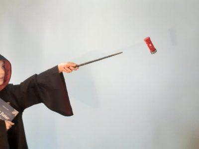 Berlin, Käthe-Kollwitz-Gymnasium Hogwarts-Schülerin lässt Londonor Briefkasten schweben.