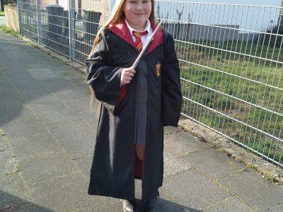 Köln, Heinrich-Böll-Gesamtschule Samantha Kieler als Hermine Granger verkleidet grüßt die Britische Autorin Joanne K. Rowling