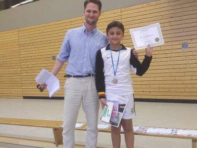 Ev. IGS Wunstorf Koordinator Herr Arndt und Hadi aus der 5b, der das beste Ergebnis der Schule erzielen konnte.