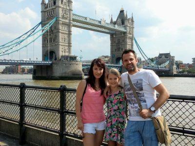 """Dresden,Gymnasium-dresden-klotzsche. Das ist ein Bild von meinen Eltern und mir,als wir in London waren.Im Hintergrund sieht man die """"Tower Bridge"""" ."""