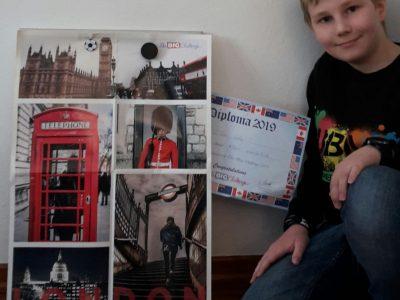Berlin - Athene-Grundschule Tim Lotz ( 6 C)  Der Wettbewerb macht jedes wieder Spaß. Auf meinem Foto ist mein Diplom von 2019 zu sehen und ich möchte sehr gerne mal nach London. Daher habe ich das  Poster bei mir aufgehangen.