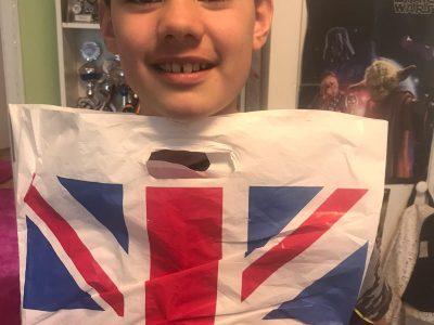 Hallo Big Challenge Team, hier ist mein Foto mit dem englischstem Gegenstand aus meinem Haus. Die Tüte haben mir meine Eltern aus London mitgebracht.  Viele Grüße  Leon