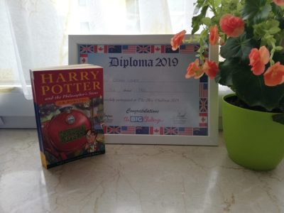 Augsburg, Stetten-Institut ( Gymnasium) Auf dem Bild sieht man das Buch was ich aktuell lese und ein Diploma was ich 2019 bekommen habe.