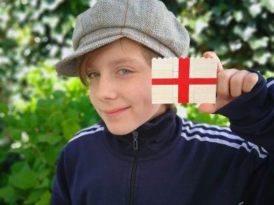 Sankt Augustin, Albert Einstein Gymnasium  Ich mit meiner selbst gebauten England Flagge aus Lego und einer Original Mütze aus einem Laden in Covent Garden ;-) Ich hoffe ich kann irgendwann einmal selbst United Kingdom besuchen...