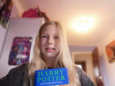 Neuss, Realschule Holzheim. Das Foto ist von mir mit dem letzten Band der Harry-Potter Bücher in englischer Originalausgabe. Mein Papa hat die Bücher alle schon gelesen. Wenn ich richtig Englisch lesen kann, werde ich die Bücher auch alle lesen.