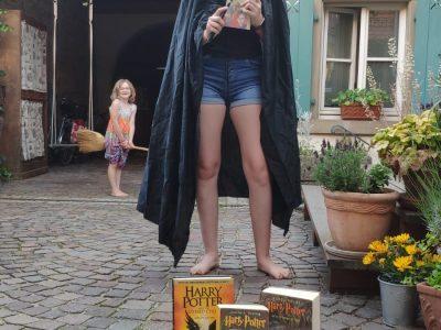 Östringen, Leibniz-Gymnasium Ich liebe Harry Potter und lese sehr gerne die Bücher, ich bin Harry Potter und meine Schwester hat auch mitgemacht und fliegt herum...