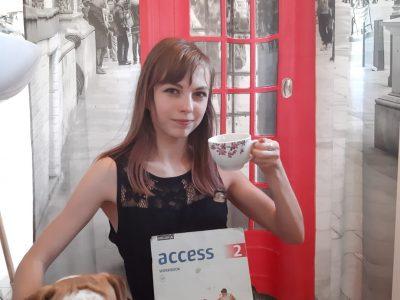 Das auf dem Bild bin ich mit meiner englischen Bulldogge,tee und meinem Englisch Buch.Außerdem ist im Hintergrund eine typisch englische Telefonzelle.Meine Schule ist die Paul gerhardt Schule in Dasssel in Niedersachsen. :D