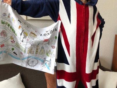 Leipzig - Schule in der Karl-Heine-Straße  Der Ganzkörperanzug im Union Jack ist original in London gekauft und ein Küchentuch dazu, um die Londoner Sehenswürdigkeiten beim Abtrocknen nicht zu vergessen