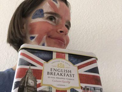 Erfurt, Edith-Stein-Schule, Mein Gesicht zeigt die Großbritannienflagge, weiter halte ich ein typische Teebox.