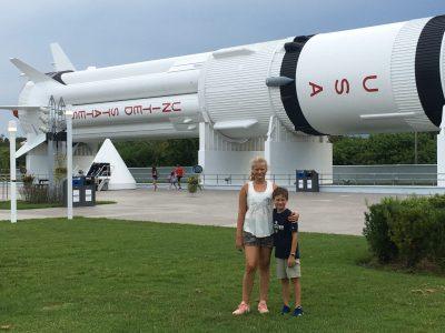 Albrecht-Ernst-Gymnasium in Oettingen i. Bay.  Das Foto zeigt mich und meinen Bruder vor einer nachgebauten Rakete im Kenedy Space Center, Florida, USA