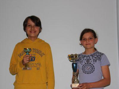 Dortmund. Gymnasium an der Schweizer Allee, zwei Pokalträger beim Preisträgerabend der Schule