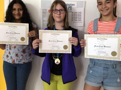 Berlin Nahariya-GS. Die 3 Mädchen der 6b/c waren sehr erfreut etwas gewonnen zu haben und machen im nächsten Jahr weiter.