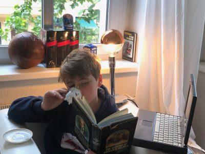 Viktor Kimmel Berlin Heinrich-Scliemann-Gymnasium   Auf dem Bild sieht man einige Objekte, die in England erfunden wurden, wie etwa der Fußball, die Glühlampe, Telefonzellen, der Computer, Paddington Bear, aber auch die Sherlock Holmes Bücher des britischen Autors Sir Arthur Conan Doyle, sowie das typisch englische Tee Trinken.