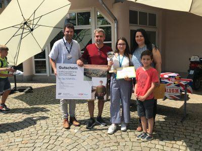 Realschule Waldkraiburg - Die glückliche Gewinnerin einer EF Sprachreise bei der Preisverleihung. Ein Vertreter von EF war dabei, um den Gutschein persönlich zu überreichen.
