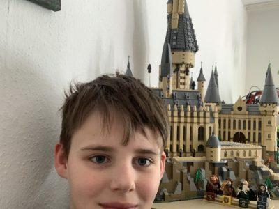 Duisburg, Albert-Einstein-Gymnasium  Im Hintergrund sieht man das Schloss Hogwarts aus Harry Potter weil ich sehr gerne selbst im Schloss leben würde und generell gerne England erkunden würde.   Felix Bungert