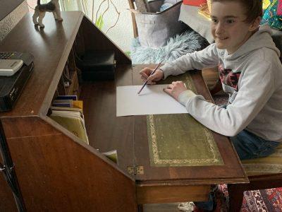 Kleinmachnow, Weinberg Gymnasium  Ich sitze an einem englischen Sekretär auf einem englischen Stuhl mit einem Stift der die britische Flagge darstellt.