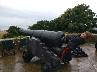 Dahlwitz-Hoppegarten, Lenne-Oberschule mit Grundschulteil  Festungen in Südengland haben viele Kanonen parat.