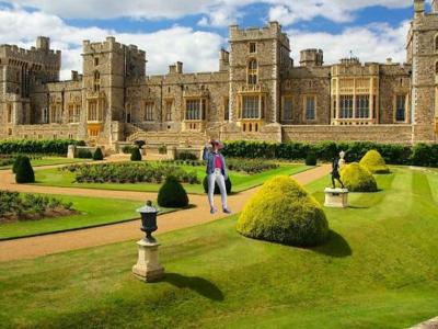 Leo Weißmantel Realschule Marktbreit, Bayern Julia Fratz Klasse 8f   Mein Bild stellt die winkende Queen Elizabeth II dar, welche im Schloss Windsor sich befindet.                                                                                         Zudem habe ich einen weißen Handschuh an wie die winkende Queen und einen Hut passend zu ihren Style. Ich habe das Schloss Windsor ausgewählt, da hier Ihr 2. Wohnsitz ist .  Außerdem ist Windsor eine sehr schöne Stadt.
