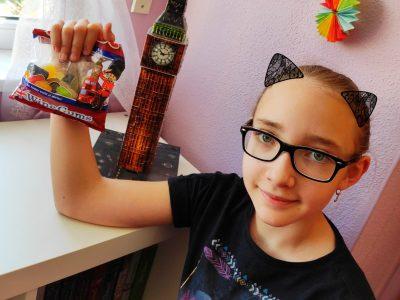 """Augsburg,A. B. von Stetten Institut Mein Bild zeigt mich und meine Lieblingsgummibärchen mit einem """"gigantischen"""" Big Ben."""