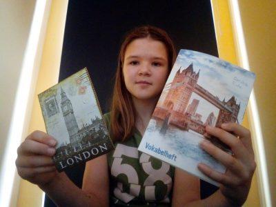 Neudietendorf, von-Bülow-Gymnasium, links eine Postkarte von Freunden aus England und rechts ein englisches Vokabelheft (mit seeehr viel Lernstoff :))