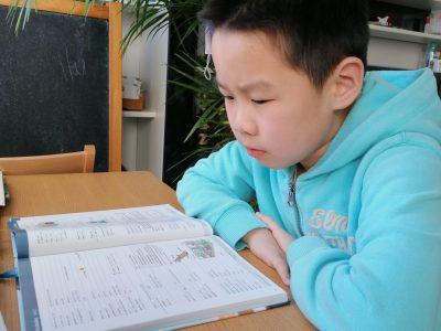 Stadt:Bochum    Schule:Graf-Engelbert   Name:Zhecheng lin In den Bild lese ich im ENGLISCH buch Vokabeln.