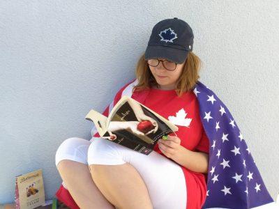 Waltershausen-Schnepfenthal Salzmann Schule  Auf dem Bild bin ich zusehen wie ich die Sonne geniese mit Fudge aus England als Nervennahrung neben mir liegt unser Englischbuch als Übung für das FCE. Als ablenkung lese ich Twilight das Buch hat mir meine Schwester aus Canada mit gebracht so wie das T-Shirt und das Capi. Canada ist sehr schön ein Teil unsere Familie lebt dort. Die USA Flagge habe ich um, um zu zeigen das ich auch dort mal hinreisen möchte.