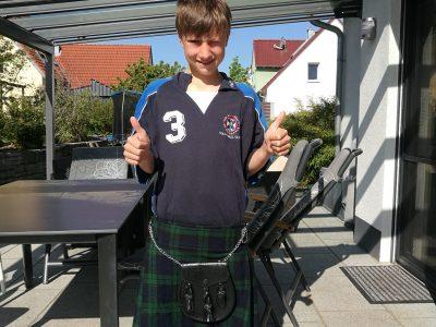Gymnasium Hilpoltstein Ein echter Schottenrock aus Edinburg steht mir doch nicht schlecht! (Das T-Shirt ist ebenfalls original aus Schottland!) Ich verrate aber nicht, ob ich etwas darunter trage!;-)
