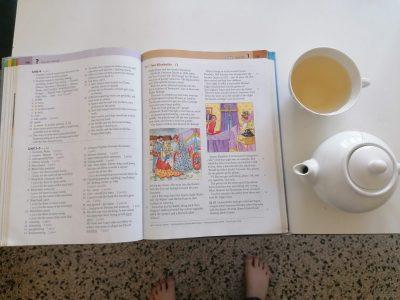 Gymnasium Brunsbüttel. Ich habe mein Lernbuch des Englischkurses und eine Tasse Tee fotografiert, weil ich mir eh überlegt habe eine Action/Sportkamera zu kaufen.