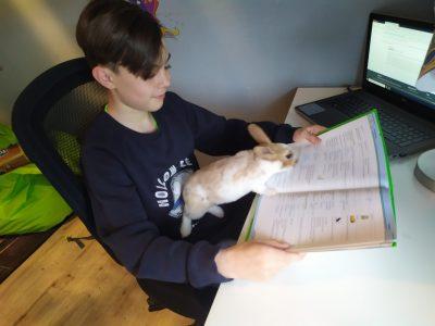 Dernbach Raiffaisen-Campus Merle und ich beim Lernen der Englisch Vokabeln.