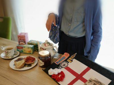 """SALZGITTER, GYMNASIUM AM FREDENBERG . Auf dem Bild sind viele verschiedene englische Spezialitäten zu sehen wie zum Beispiel,, fish and chips """"oder auch,, tea"""" und,, süße Brötchen"""". Aber auch Sehenswürdigkeiten und natürlich die Flagge. Außerdem auch ein typisch für England angezogendes Mädchen ."""