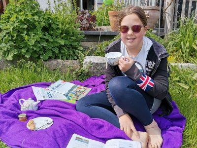 Lia Mettig, Klasse 6b  Inda-Gymnasium, Kornelimünster (Aachen),  Mein Foto: Ich lerne Englisch mit Tee!