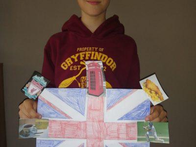 Moritz Schroiff, Klasse 5c, Rostock, Warnowschule Papendorf Das ist ein Bild von mir, mit einer selbst gemalten Flagge von Großbritannien. Drum herum kann man Dinge sehen, die meiner Meinung nach typisch für das Vereinigte Königreich sind. Ich würde gerne mal dorthin reisen, um meinen Lieblingsfußballverein Liverpool live zu sehen.