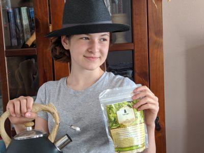 Köthen, Freie Schule Anhalt typisch Englisch: der Hut und die Federn für die Jagd, der Kessel und der Tee für die Teestunden