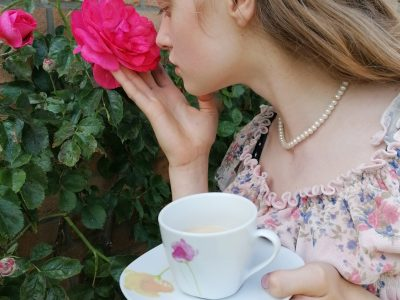 Hello! My name is Larissa from Heide. I am a pupil at Werner - Heisenberg - Gymnasium.  Topic:           TEA TIME!!!!!!!!!!!!  In the picture you see me having tea time in my English garden.