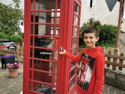 """Meine Stadt ist BITBURG,  mein Name lautet SIMON LONIEN, meine Schule ist die ST. MATTHIAS SCHULE BITBURG!  """"Englische Telefonzelle und ich!"""""""