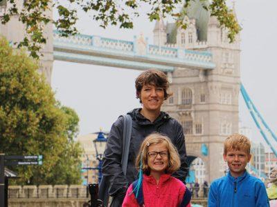 Viersen  Erasmus von Rotterdam Gymnasium   Wir waren in London um meinen Vater zu besuchen . Auf dem Foto sieht man meinen Bruder meine Mutter und mich vor der Tower Bridge.