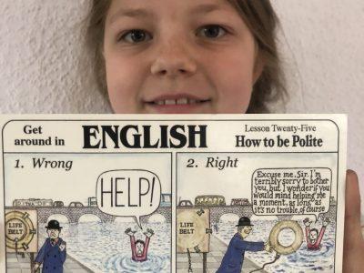 MUNSTER, Gymnasium Munster Marlene mit einer Postkarte von ihrem Brieffreund Allan aus Lancashire in England, den sie irgendwann einmal besuchen möchte.  Die Karte zeigt uns: In England bitte stets höflich fragen.... sonst könnte man schnell untergehen.