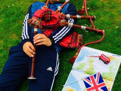 """LIMBURG/TILEMANNSCHULE  Ich habe den Dudelsack ausgewählt weil ich Englisch nicht nur mit England, sondern mit ganz Großbritannien verbinde. Dazu habe ich noch eine geographische Karte von England gelegt und sie mit einem Doppeldeckers, einer Großbritannien Flagge und einem Großbritannien Stift ,, ausgeschmückt"""".  Ich wünsche allen Teilnehmern viel Glück!  Jakob Quernheim Limburg den 26.5.2020"""