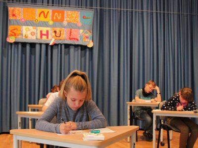 """Grundschule """"Lenné"""" Frankfurt (Oder)  Die Aula war besetzt, sogar auf der Bühne."""