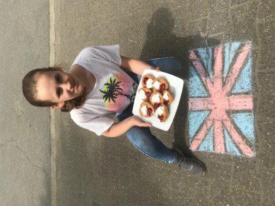 """Städtisches Gymnasium Selm  Ich habe """"scones"""" (englisches Gebäck) gebacken. Statt mit Clotted Cream habe ich sie mit Speisequark und Erdbeermarmelade verziert. Mit Straßenmalkreide habe ich noch die Britische Flagge gemalt."""
